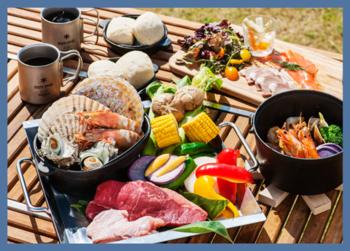 そして楽しみなのが、三浦半島の食材をふんだんに使ったコーススタイルの夕食!  とれたて野菜の盛り合わせ、湧水をつかった魚介のブイヤベース、地元で仕入れた魚介のBBQなど――。「観音崎京急ホテル」の料理人によるハイクオリティなアウトドア料理を、プライベート感溢れる専用デッキスペースで堪能できます。