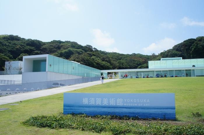 「snow peak glamping 京急観音崎」に宿泊するなら、ぜひ近くの「横須賀美術館」も訪れてみては。観音崎の自然と美しく調和する、洗練された雰囲気の美術館です。周辺をのんびり周辺をお散歩するだけでも、この土地の魅力に浸れますよ。