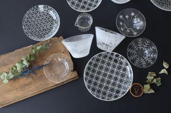 こちらは、<金津沙矢香>さんのガラスの器。サラダや冷菜、デザートを清涼感あふれるひと皿に演出します。深さのあるカップは、冷製スープが美しく映えそうです。ちょっとレトロな切子模様や、繊細なカット模様がきれいですね。