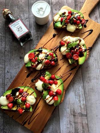 アボカドにチェリートマトにミニサイズモッツアレラ。赤緑白と彩りが綺麗なブルスケッタはバルサミコ酢の酸味を効かせて召し上がれ。