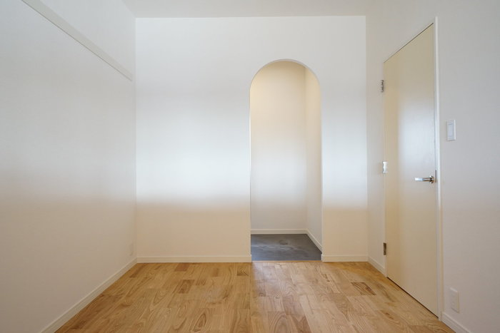 意外と見落としがちな、各部屋の扉の形状や向き、大きさなど。筆者は洗面所に入る間口が狭いことに気づかなかったため、引越しでドラム式洗濯機を設置する際、かなりヒヤッとしたことがあります。扉も外開きと内開きでは、置ける家具や家電も変わってきますので、注意しましょう。