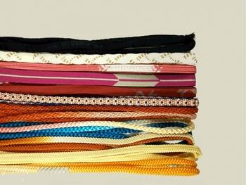 数十本もの糸を合わせて斜めに交差させながら組んでいく組紐は、糸の色や本数、組み合わせ方によって生み出される仕上がりは無限大です。