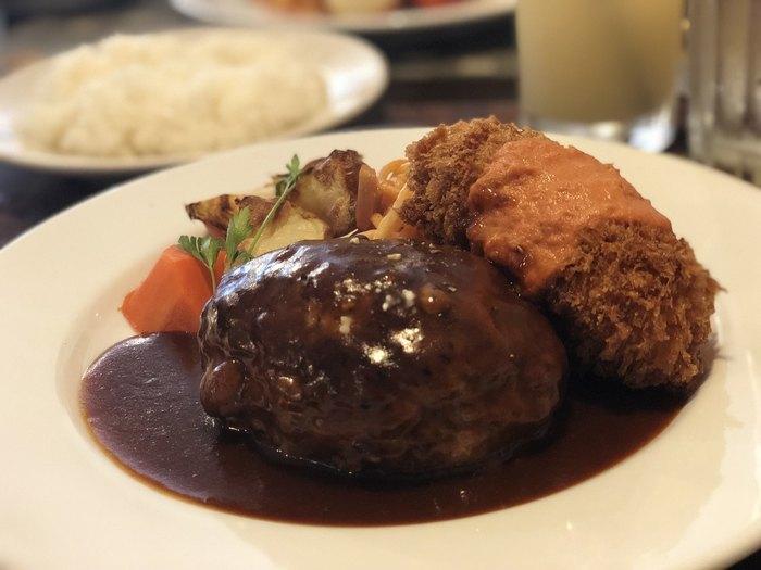 人気メニューはなんといってもハンバーグ。道産牛と江別産のブランド豚「奄夢豚」をブレンドした合挽きのお肉を使ったハンバーグは柔らかでジューシー。ナイフを入れると肉汁がじゅっとあふれます。
