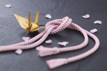 組紐といえば、着物の帯締めなど和装小物のイメージが強いのではないでしょうか。斜めに組んでいく組紐は伸縮性があるので、帯を極端に締め付けすぎることがありません。