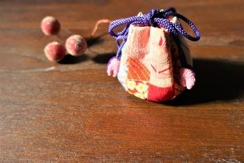 また、丈夫でほどけにくい特徴を利用して、茶道で使われる茶入れやお茶碗などを包む袋の結び紐としても使われます。身近なところでは、巾着袋の紐としておなじみです。