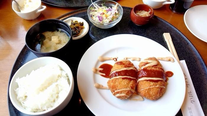 こちらも人気の一品、カニクリームコロッケ御膳。カリッと揚がった衣と、とろ〜りコクのあるベシャメルソースの種が格別です。