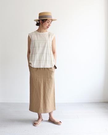 ナチュラルで大人っぽい印象のベージュスカートには、キュートなチェック柄のトップスで、ちょっぴりガーリーなワントーンコーデに仕上げてみましょう。ベージュのサンダルもヌーディな雰囲気で素敵です。