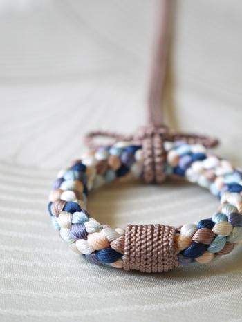最近は、ブレスレットやネックレス、ピアスなどのアクセサリーや髪飾りなど、組紐のおしゃれで新しい使い方が注目されています。