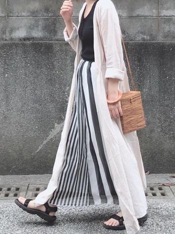 Tevaの代表的なモデルのHURRICANE(ハリケーン)。弾力のあるEVA素材のインソールが足を優しく包み込み、快適な履き心地です。 ストライプのマキシスカートにワンピースを前開きにして羽織って、大人の休日コーデに。