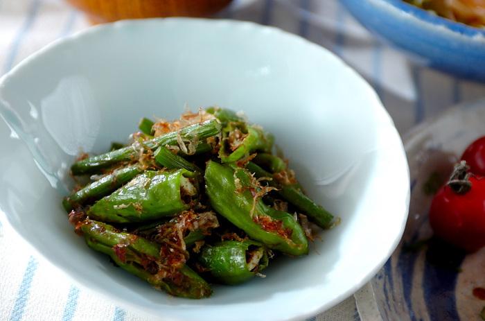 シシトウとニンニクの芽、ちりめんじゃこを炒めて、かつお節や醤油で和えた和え物。付け合わせやおつまみだけでなく、朝のごはんのお供にもピッタリ。