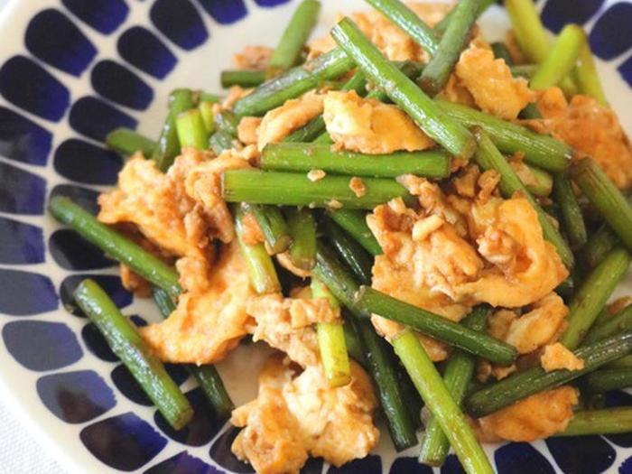 にんにくの芽と卵で作る中華炒めは、手早く作れて風味も良く、おつまみにもピッタリ。黄色と緑の彩りも良いのでお弁当のおかずにいれても良いかも。