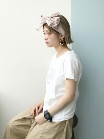 ボリュームのあるヘアバンドには、小顔効果もあるんです。軽く巻いてスッキリおでこを出せば大人っぽさも出るのでおすすめです。