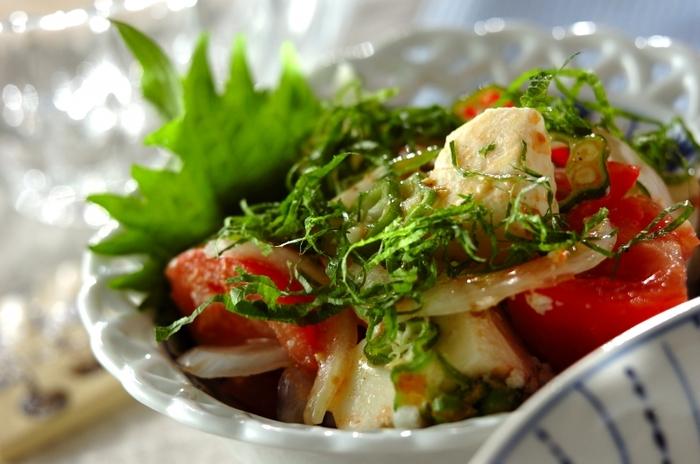 トマトとオクラ、玉ネギ、大葉、豆腐で作るサラダは、  砂糖、ワインビネガー、オリーブオイル、練りからし、かつお節のドレッシングの、和と洋が組み合わさったような新鮮な味付けで、美味しくヘルシーにいただけて◎。
