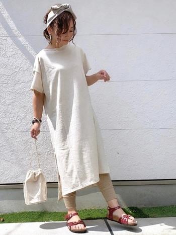 日本限定のBALI(バリ)。蝶がモチーフの細いストラップが女性らしい一足で、カジュアルにもきれいめにも履けます。ボルドーで白×ベージュコーデの差し色に。