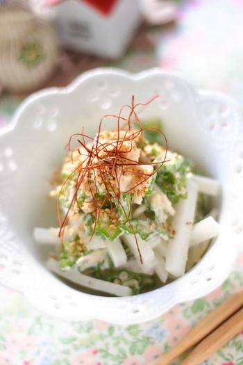大根とオクラと帆立で作る、シンプルながら味わい深いサラダ。仕上げに糸唐辛子をかけるだけで、彩りも良く見た目もさらに上品になるので、ちょっとしたおもてなしのサラダにも使えそう。