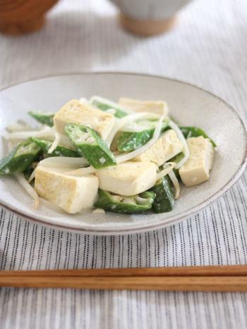 木綿豆腐、オクラ、もやしを炒めて作る「豆腐とオクラの塩麹炒め」。オクラを使うことで、炒め物にほんのりとろみが加わり、味のなじみも良くなります。