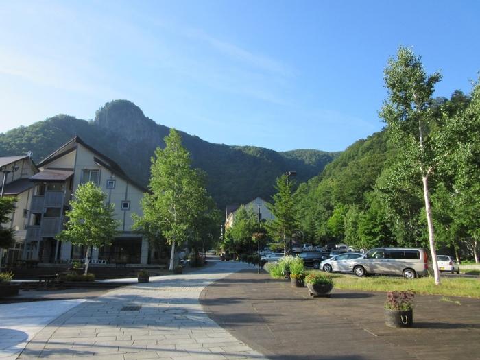 層雲峡渓谷の底に位置する層雲峡温泉の中心部は、「キャニオンモール」として整備されています。ここは、カナダの山岳リゾートをモチーフにした温泉街となっているため、一般的な温泉街とは異色のヨーロッパ風の洗練された雰囲気を醸し出しています。