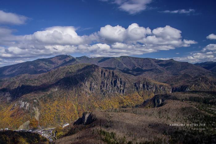 黒岳から眺める層雲峡の美しさは傑出しています。切り立った断崖、黄色く染まった樹々、雄大な大雪山系が織りなす景色は絶景そのものです。