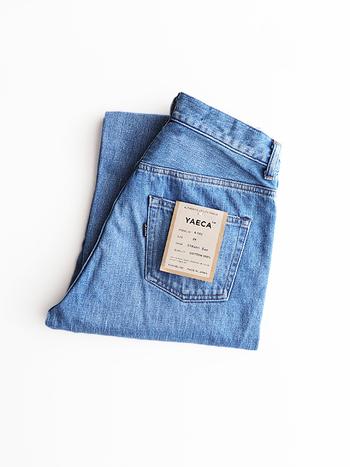 洗濯ネットの大きさは、ジーンズを三つ折りにしてちょうど入るくらいの大きさが良いと言われています。 小さ過ぎるネットにぎゅうぎゅうに押し込むと、シワがつきやすく汚れも落ちません。三つ折りのジーンズをぴったり包む程度のサイズに入れておけば、ネットの中で生地が擦れ過ぎる心配もないので安心です。