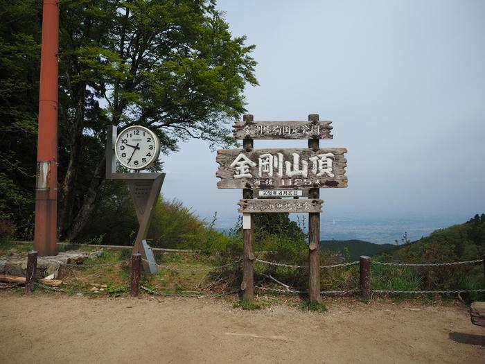 大阪府河内長野市に位置する金剛山は、大阪府・奈良県・和歌山県をまたがる金剛生駒紀泉国定公園の一角で、大阪府下では最高峰の標高1125メートルの山です。山頂へはロープウェイもあるので、体力に自信がなければ登りだけロープウェイを使い、下りは歩くなど、様々な方法でハイキングを楽しむことができます。
