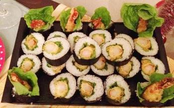 海老の天ぷらをレタスとご飯で海苔巻きにアレンジした「海老のてんぷらロール寿司」。お醤油をつけて召し上がれ。