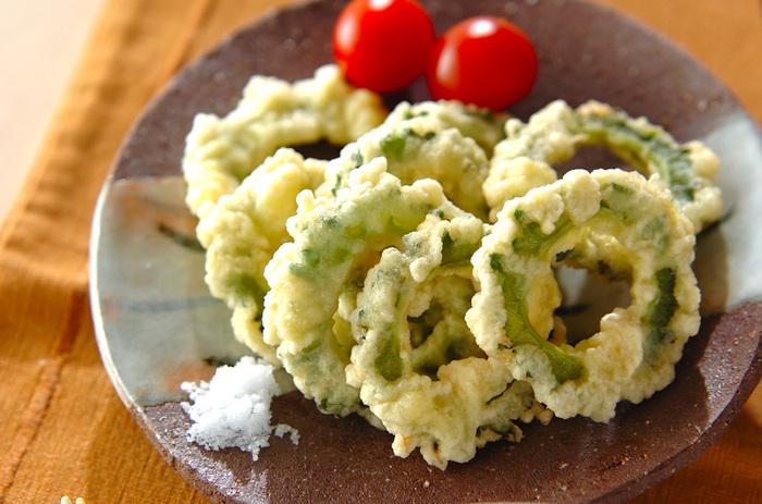 ゴーヤは塩でアク抜きせず輪切りにして衣をつけて揚げるだけ。塩でいただくちょっぴり大人な天ぷらレシピです。