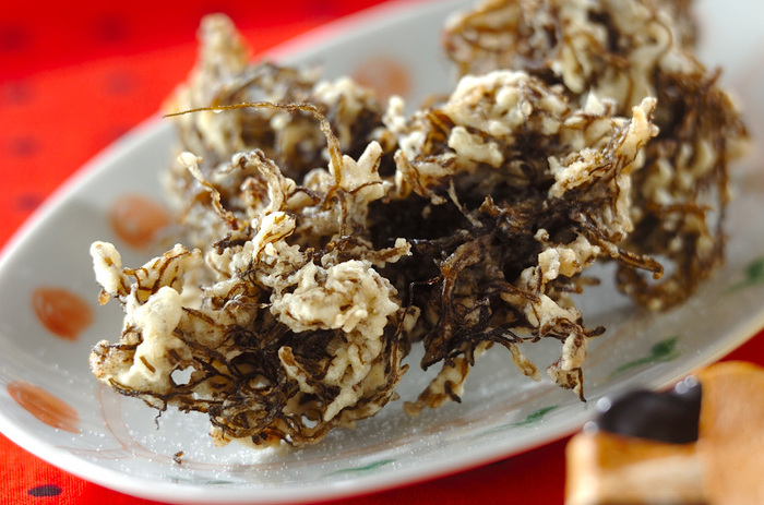 沖縄ではおなじみのもずくの天ぷら。お家で作るときはシラスも混ぜてカルシウムUP!