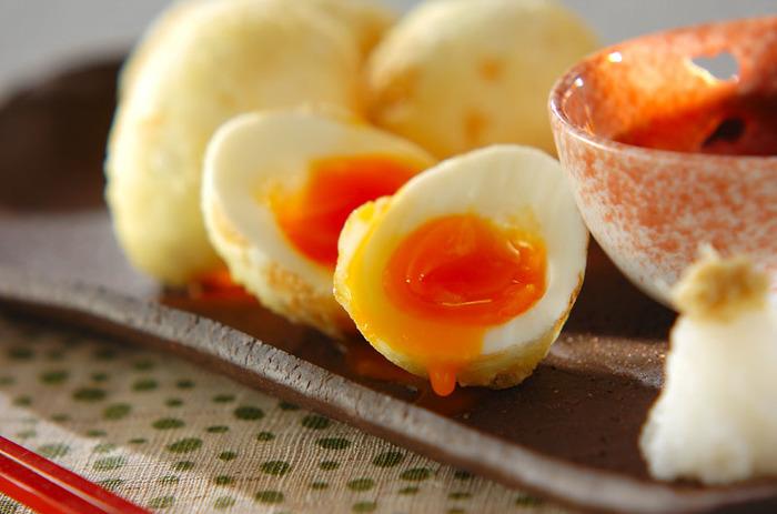 サクットロッの味わいが最高の「半熟卵の天ぷら」は塩でいただいても、うどんに乗せても美味しい一品です。