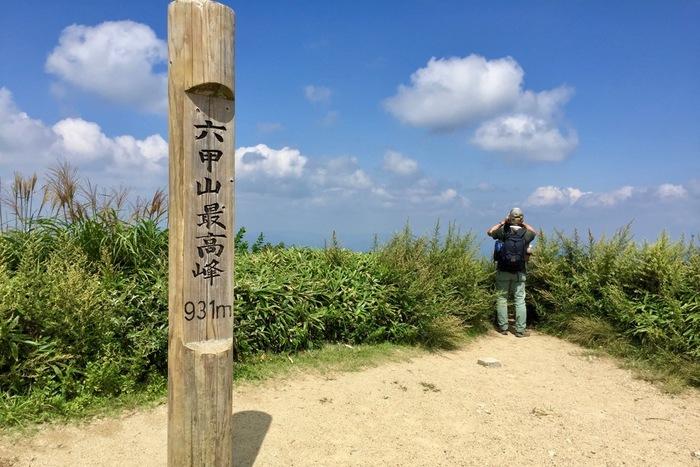 兵庫県の神戸市街地の西側から北にかけて位置する六甲山は、標高931.25メートルで、「新日本百名山」「日本三百名山」「ふるさと兵庫50山」に選定されています。大阪市中心部、神戸市街地から容易にアクセスできること、山頂付近までケーブルカーやロープウェイが通っていることから年間を通じて多くの登山客で賑わっています。