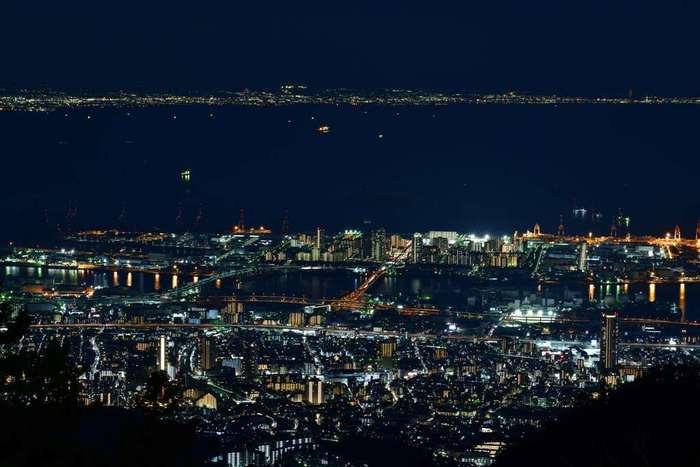 六甲山は、夜景が美しいことでも有名です。漆黒の世闇と神戸港、煌めく神戸市街地の灯りが織りなす幻想的な風景は、いつまで眺めていても飽きることはありません。