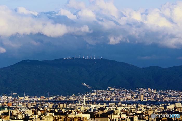 標高642メートルの生駒山は、大阪平野と京都盆地・奈良盆地を隔てる生駒山地の主峰となっている山です。山頂へは、ハイキングコースが整備されているほか、ケーブルカーもあり、初心者でも気軽にアクセスすることができます。また、生駒山の山頂には遊園地もあり、大人から子供まで楽しむことができます。