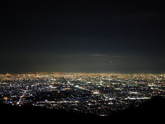 生駒山山頂からは大阪平野の夜景を一望することができます。夜空を背景に、建物の灯りが無数に散らばる様は、まるで漆黒のベルベットに宝石を散りばめたかのようです。