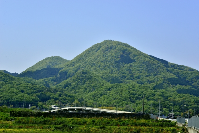 大阪平野と奈良盆地を隔てる金剛山地に属する二上山は、奈良県葛城市と大阪府南河内郡の県境をまたがる山です。この山は、二つの頂上を持つ双耳峰の山で、その美しい山容は万葉集にも詠われているほどです。
