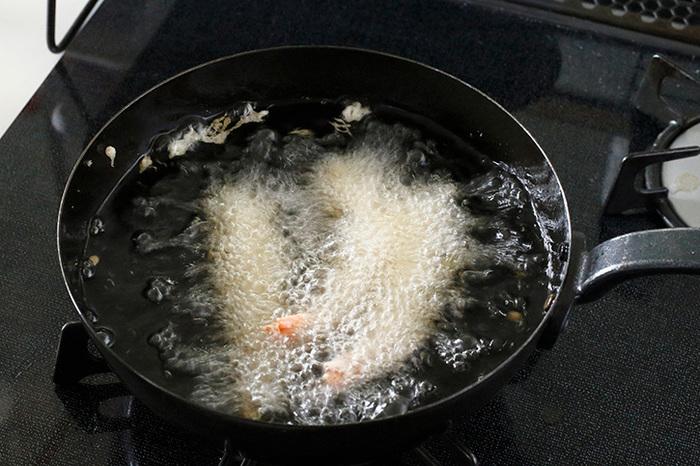温度計やコンロに温度設定があれば良いのですが、ない場合は、油に衣を少し垂らしてみて温度を把握します。160℃は衣が下にしずんで2、3秒で浮かび上がった時。180℃は衣が下に沈まずすぐに浮き上がった時を示します。そして揚げ油はケチらずたっぷりの油で食材をあげるようにしましょう。少なすぎると具材が鍋の下にくっついてしまったり失敗が増えてしまいます。