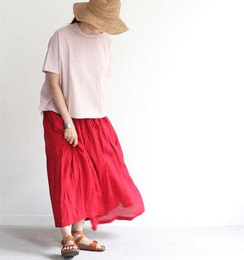 動きやすいパンツも大好きだけど、やっぱりお気に入りのスカートをはいている日はそれだけでご機嫌でいられますよね。  今回は、夏のスカートを定番からトレンドライクなものまで幅広く特集。ぜひ、気持ちがハッピーになりそうな一枚を探してみてください。