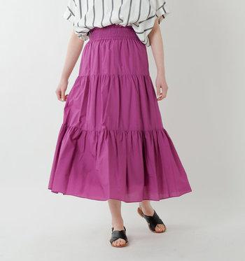 トレンド感のあるティアードスカートは、パープルピンクを選ぶとよりロマンティックに。華やかで存在感のあるスカートは、普段使いからオシャレしたい日まで大活躍してくれます。大人っぽく着られる程良いボリューム感で、ジャストサイズのトップスとも相性バツグン。 ウエストゴムにはシャーリングが施されていてタックインもオシャレに決まります!