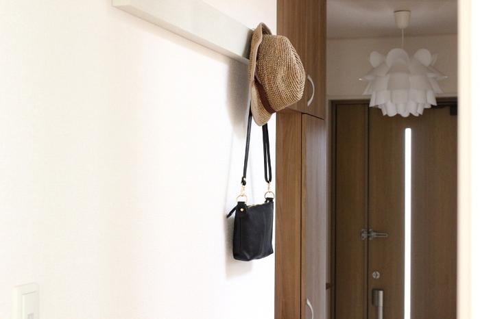 「ちょい置き」は便利ですが、あれもこれもと置いてしまうと、だんだん片付けるのが面倒になりますよね。 さらにお掃除するのもおっくうになり、少しずつホコリも溜まっていって…と悪循環の元です。 そんな時には玄関やリビングの使いやすい場所や、クローゼットなどのデッドスペースに『引っ掛け収納』を取り入れてみませんか?