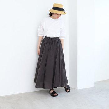 やわらかくて着心地が良い綿素材のスカートはこの季節にぴったり。黒を選んでも軽やかで涼しげに着こなせます。定番トップスを合わせるだけで、簡単に大人の上品コーデが完成。デザインはシンプルなので、麦わら帽子やかごバッグなどの夏らしいアイテムで個性を演出するのもおすすめです。