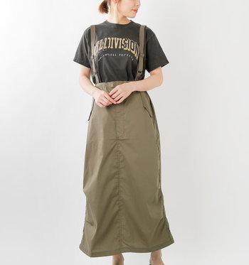 ミリタリーテイストの服はハードになりがちですが、ロングスカートなら甘辛ミックスのバランスが絶妙でグンと着やすくなります。サスペンダーは自由に長さが調節できるのでハイウエストにしたり、長めでゆるっと着こなしたりとアレンジが楽しい♪取り外して、普通のスカートとしても使えます。ウエストと裾部分に紐が配されていて、シルエットに変化を付けられるのもPOINT!