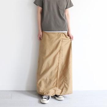 """すとんと落ちるタイトめで女性らしいシルエットが魅力のマキシ丈スカート。一見するとシンプルに見えますが、裾やウエストは切りっぱなしのカットオフ仕様になっていて、着るだけで""""こなれ感""""のあるスタイルが完成します。ウエストのサイドに付いたレザーベルトはサイズ調節ができるだけでなく、トップスをタックインしたときのアクセントとしても効果的。"""