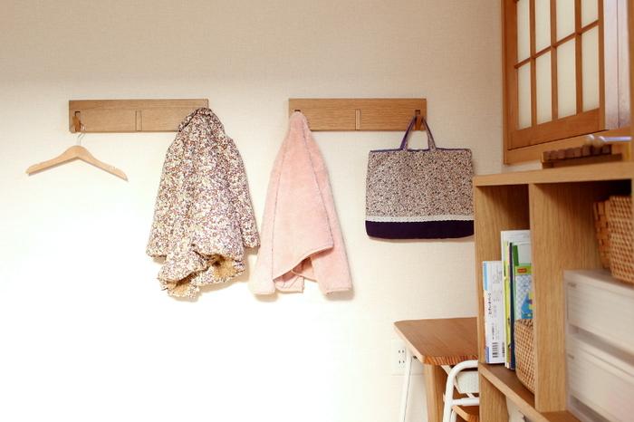 ナチュラルで温かみのある木製ハンガーは、キッズスペースの収納にぴったりのアイテムです。ハンガーにバッグや洋服を引っ掛けるだけなので、着る時もしまう時も楽ちんですね。