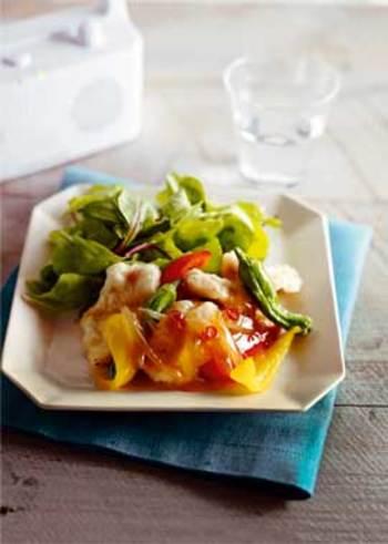 サクッと揚げた鶏のムネ肉に野菜を添えて南蛮ダレをかけた一品はお酒のおつまみにもぴったり。