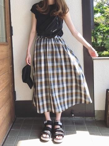 ベーシックなデザインのNEO BUNGY。太めベルトがスポーティーで、ガーリーなチェック柄スカートをカジュアルダウンしてくれます。