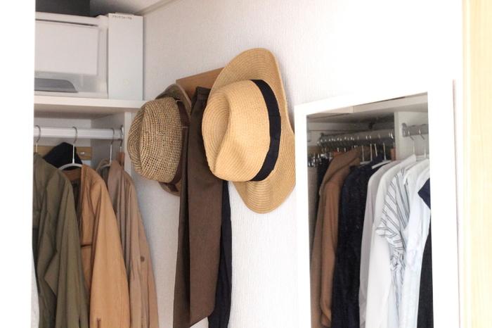 ストールやマフラー、帽子の収納には、無印良品の人気アイテム「3連ハンガー」が便利です。ハンガーを取り付ければ、クローゼットの壁面も有効活用できますよ。引っ掛け収納にしておけば、必要な時にすぐに手に取ることができて便利ですね。