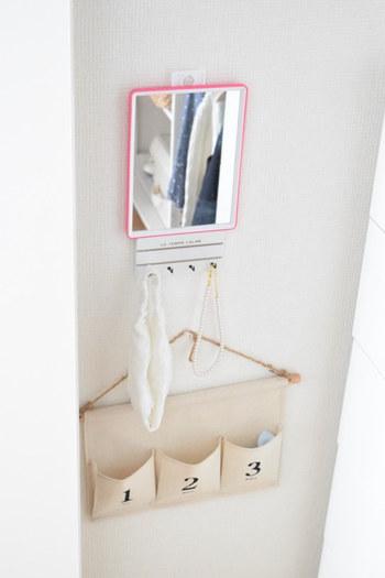 100均のおしゃれなウォールポケットは、壁面収納におすすめです。女の子のお部屋ならこんな風に鏡と組み合わて、可愛いドレッサーコーナーを作ってみませんか?