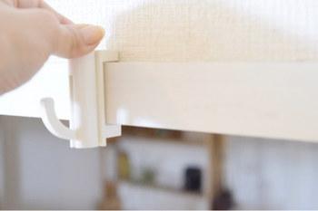 ダイソーの「はさんでガッチリ止まるフック」を鴨居や窓枠に取り付けて、ワイヤーネットを引っ掛けてフックを付ければ、先ほどの写真のような収納スペースを作ることができます。洗面所に「ちょい掛けスペースを作りたい」という方は、以下のリンク先のページを参考にしてみてくださいね。