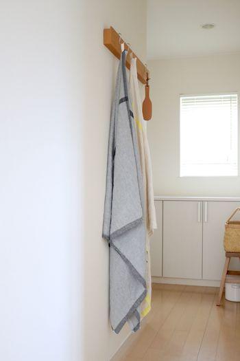 ブランケットやマルチタオルは、こちらのブロガーさんのように廊下に引っ掛けておくと、外出時にもすぐに持ち出せて便利です。無印良品の長押&ステンレスフックを活用すれば、壁面にブランケット専用の素敵な収納スペースが作れますよ。