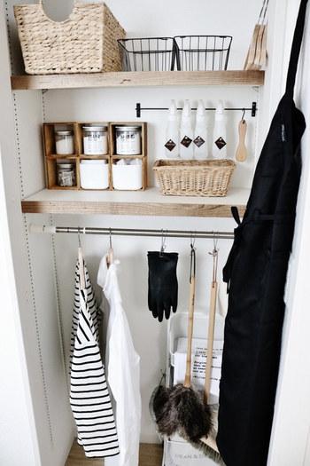 お家の中の様々な場所に活用できる「引っ掛け収納」は、洗面所の収納スペースにもおすすめです。こちらのブロガーさんのように突っ張り棒やフックを使うと、使いやすくておしゃれな収納スペースを作ることができますよ。