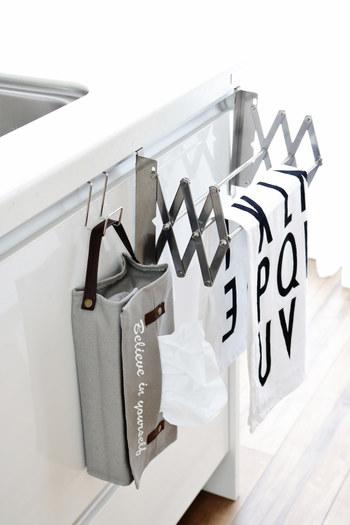 収納場所に困ってしまうティッシュBOXも、こちらのブロガーさんのように持ち手の付いたティッシュカバーとフックを使えば、スッキリとおしゃれに収納できますよ。引き出しの扉部分に引っ掛けておけば、必要な時にすぐに使えて便利ですね。