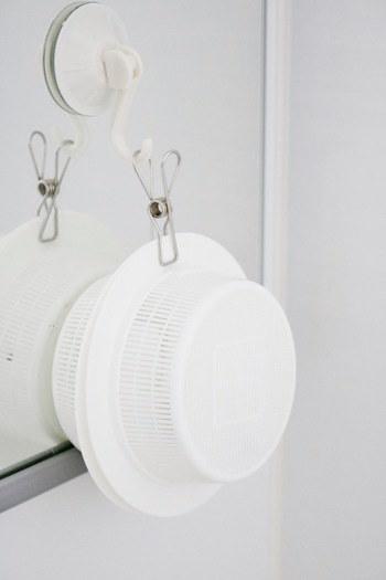 メラミンスポンジやダイヤモンドクリーナーも、バスルームのお掃除に欠かせないアイテムですよね。そんな水回りの必需品も、こちらのブロガーさんのように100均アイテムを活用して、スッキリと使いやすく収納してみませんか?